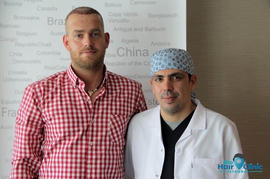 Dr. Ibrahim mit dem Patienten bei Bio Hair Clinic