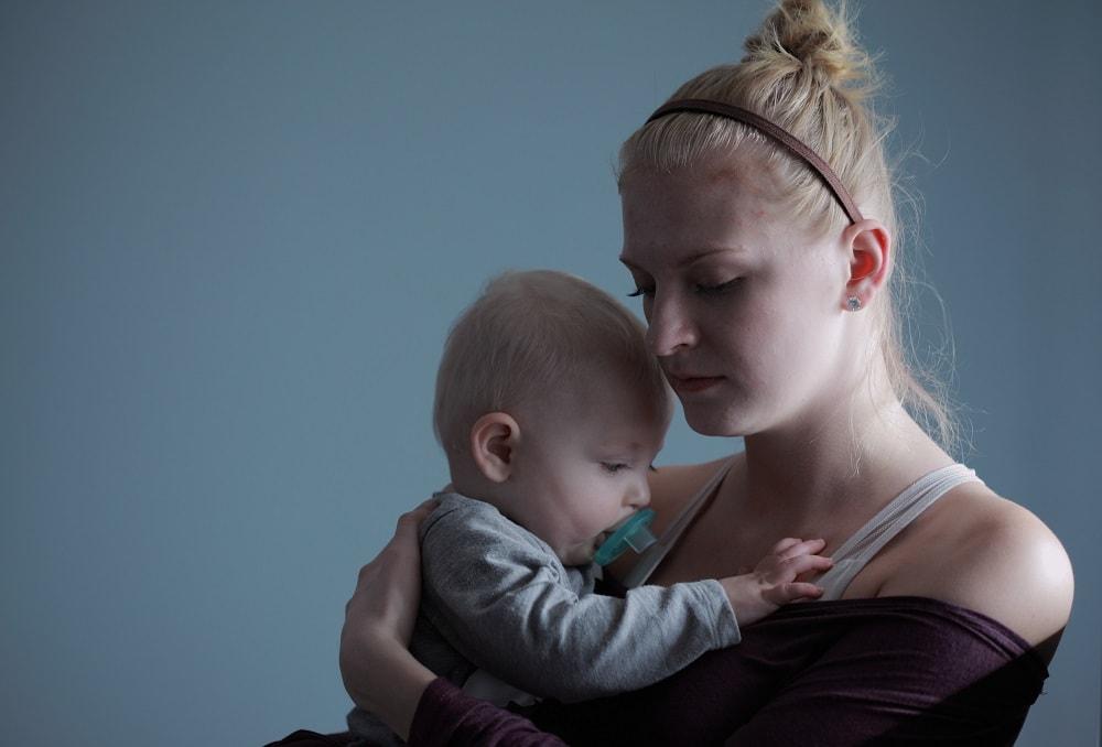 Stillen des Kindes unterstützt den Haarausfall