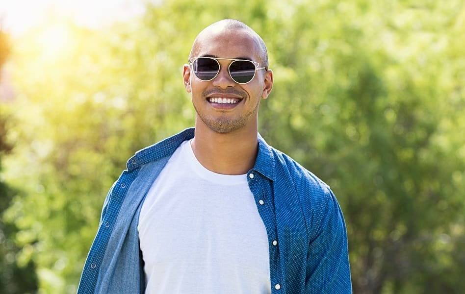 Mann im Sommer mit Haarausfall und Sonnenbrille