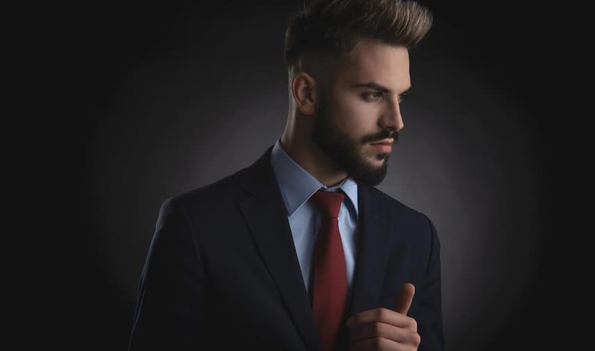 Haare statt Glatze Junge Mann mit Anzug und dunkelrote Krawatte