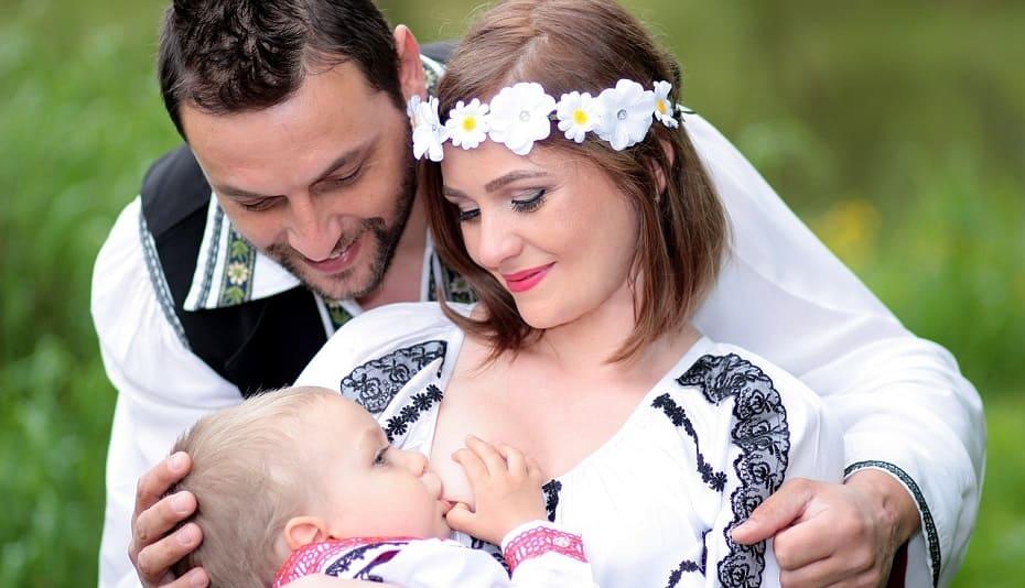Haarausfall in der Stillzeit - Frau und Ihre Mann sehen ihres Baby
