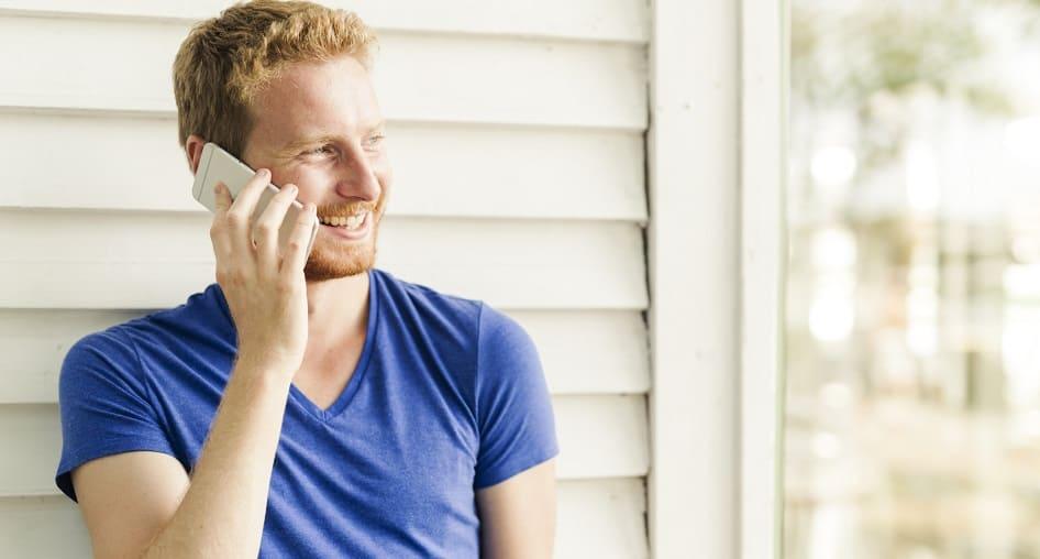 Haarausfall rückgängig machen - Blondhariger Mann mit Handy