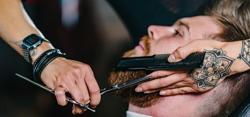 Attraktiv trotz Haarausfall - Mann beim Frisur Bart schneiden
