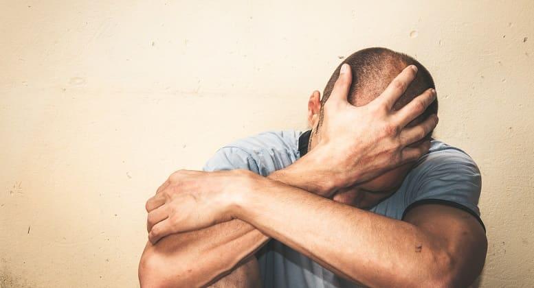 Haarausfall durch Depression - Gestresster Mann