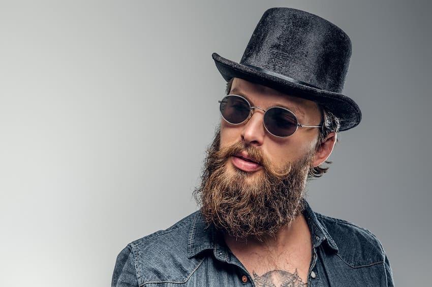 Mann kaschiert mit Hut seine dünnen Haare