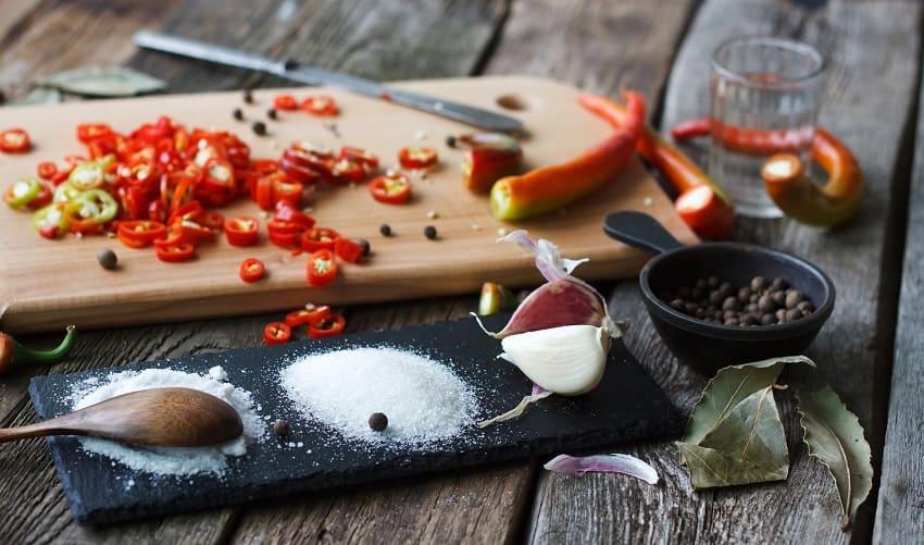 Chilischoten, Salz und Pfeffer für die Würze