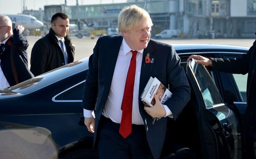Boris Johnson steigt aus dem Auto aus