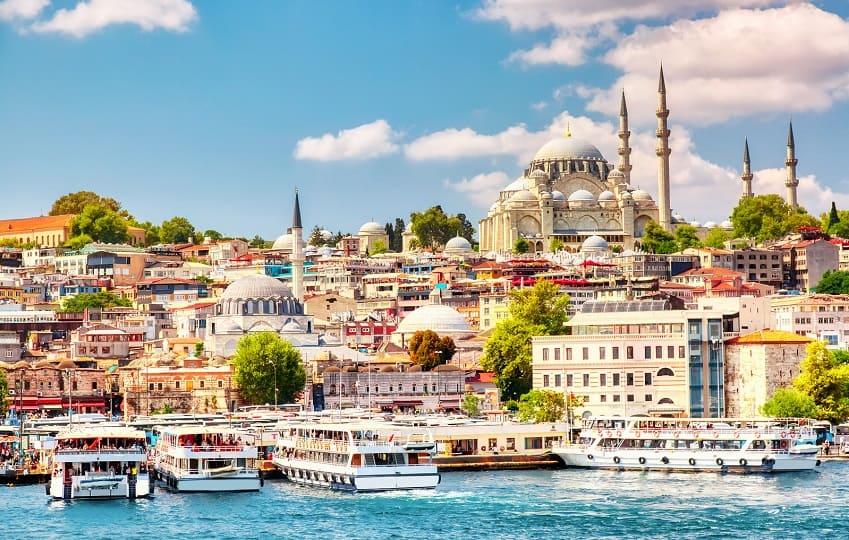 Goldene Horn Bucht von Istanbul mit der Suleymaniye Moschee im Hintergrund
