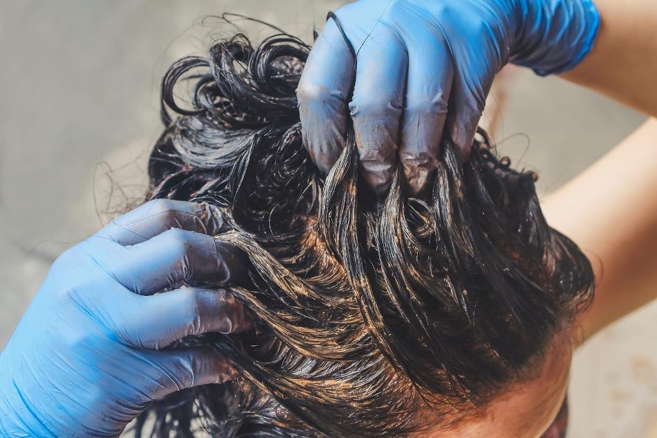 Henna-Paste auf der Haare