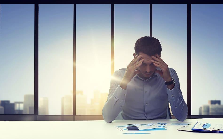 Mann ist bei der Arbeit gestresst