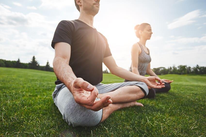Mann und Frau meditieren