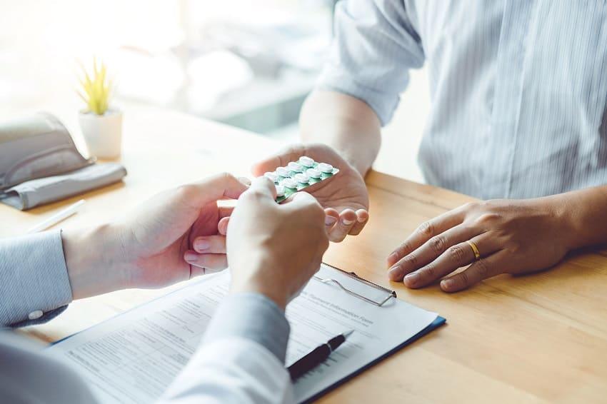 Arzt verschreibt Pillen als Medikament