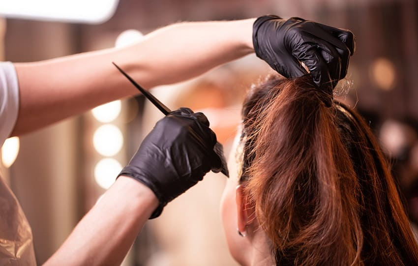 Brunette frau beim Haare faerben