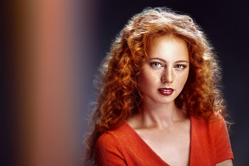 Junge Frau mit roten Haaren