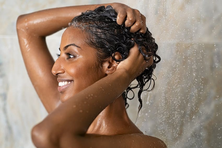 Frau hat nasse Haare nach dem Duschen