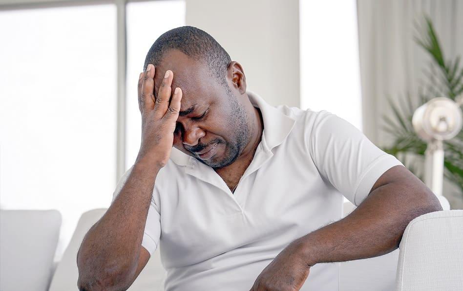 Mann mit starkem Haarausfall leidet unter Stress