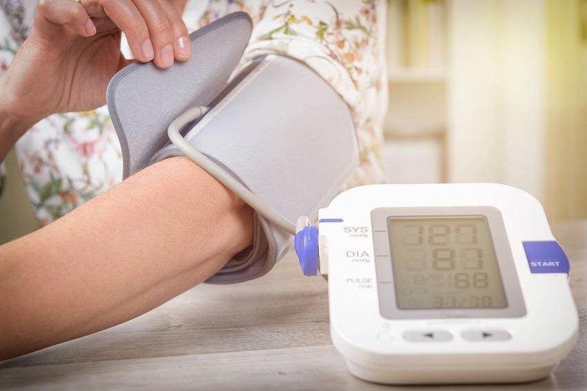 Person verwendet ein Blutdruckmessgerät