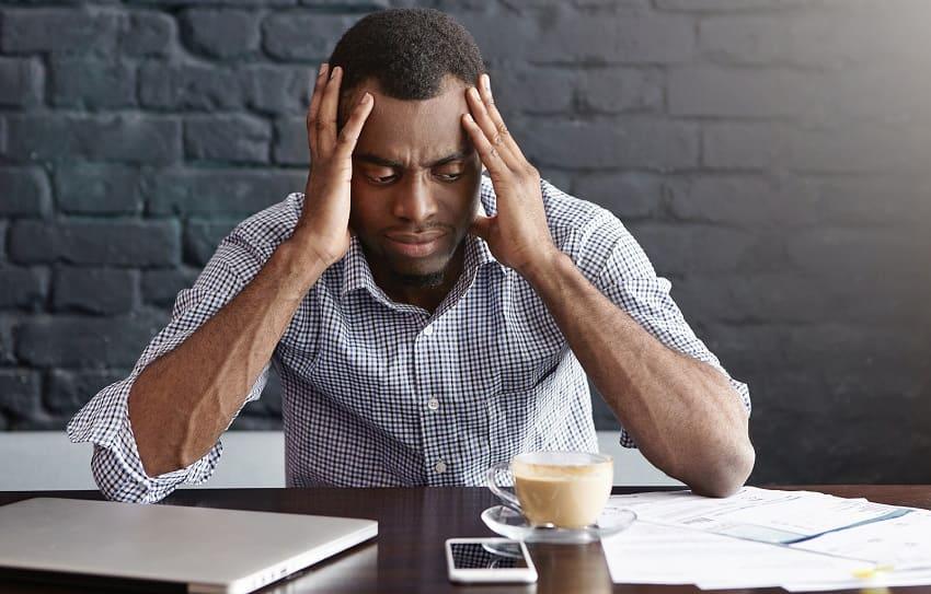 Mann hat Stress durch Arbeit