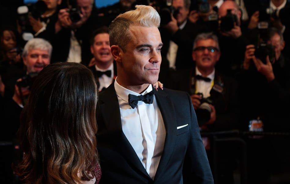 Robbie-Williams-waehrend-einer-Gala-in-Begleitung