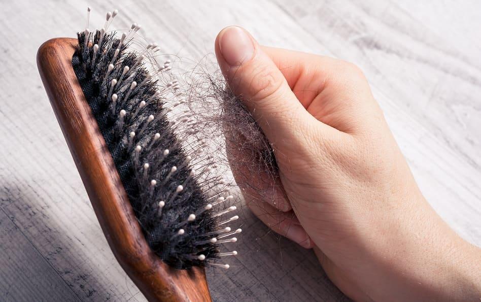 Haarausfall mit Wurzel - Viele Haare die ausfallen im Kamm