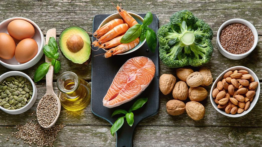 Fisch, Gemüse und Nüsse auf einem Tisch