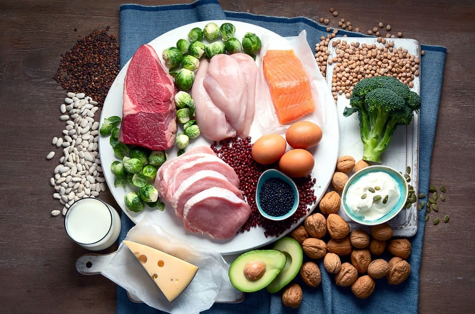 Zusammenstellung eiweißhaltiger Lebensmittel auf einem Tisch