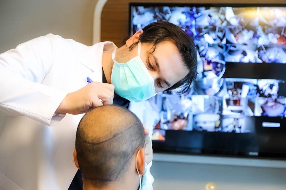 Dr.Balwi mit Patient