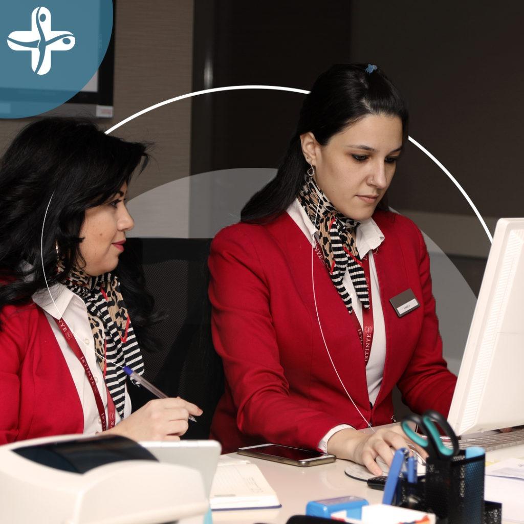 Zwei Mitarbeiterinnen von Elithair Haartransplantation in der Türkei schauen Vorher Nachher Ergebnis am Computer